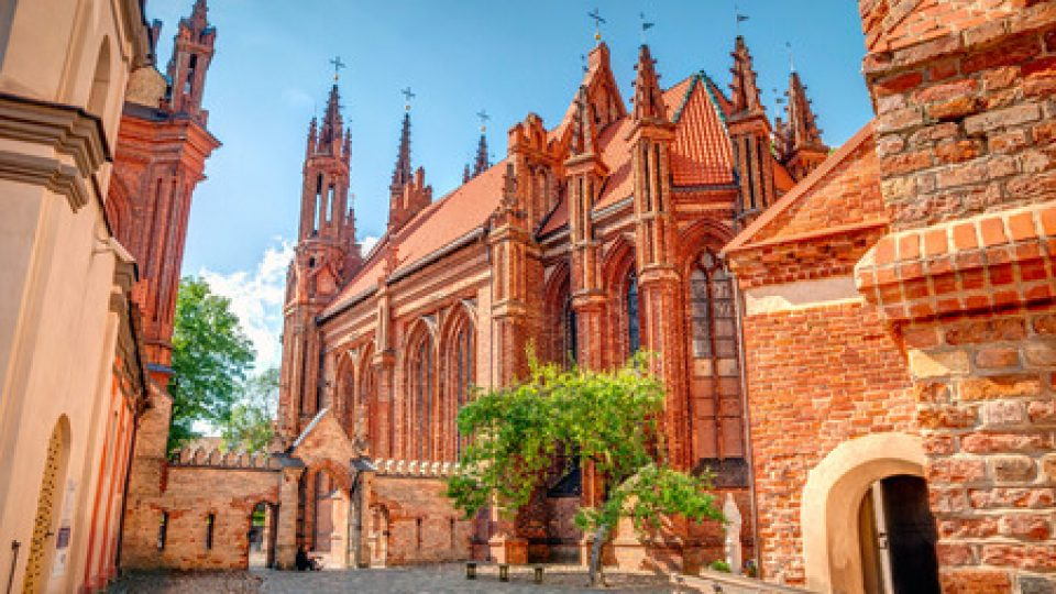 48934212 – st. anne's church in vilnius old town, lithuania, hdr photo